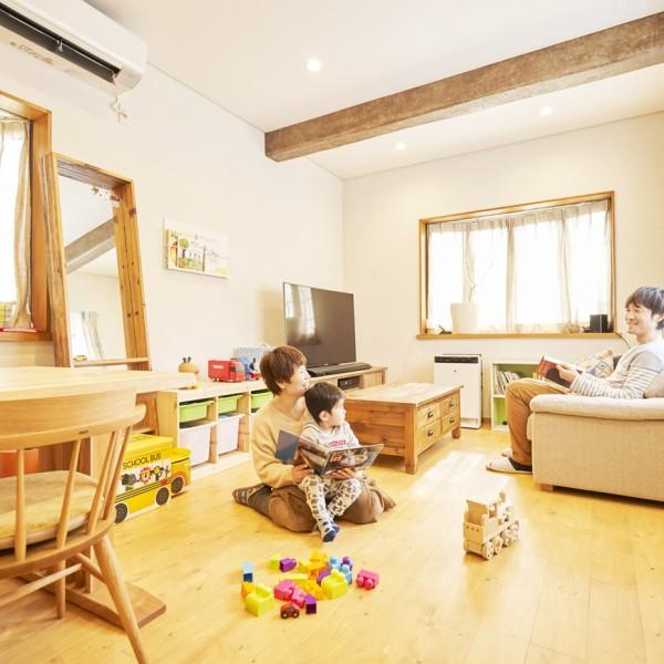 無垢材の床、珪藻土の壁、天井の梁。憧れのカフェの雰囲気が我が家に|O邸