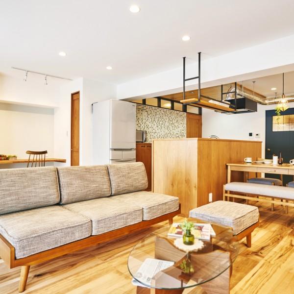 開放的なLDK。無垢材の床やこだわりのデザインで心地よく|H邸